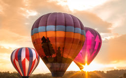 Les ballons à air chauds colorés près de l'horizon comme soleil place au ` s de Warren County Farmer juste sur 8/1/17 Image stock