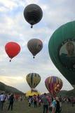 Les ballons à air chauds dans des ballons à air chauds défilent Photo stock