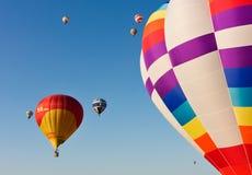 Les ballons à air chauds multiples enlèvent Image libre de droits