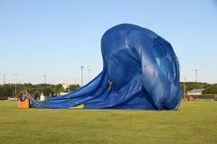 Les ballons à air chauds se préparent au décollage Images libres de droits