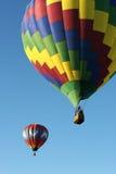 Les ballons à air chauds sont dans le ciel images libres de droits