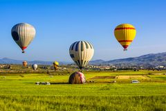 Les ballons à air chauds volent au-dessus de Cappadocia Cappadocia est connu autour Images stock