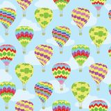 Les ballons à air colorés voyagent modèle de répétition de vecteur illustration libre de droits