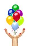 Les ballons colorés de vol d'air volent de la femme remet le blanc photo stock