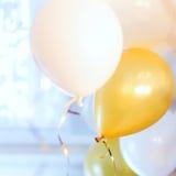 Les ballons colorés ont rempli de l'hélium d'un à haut plafond Image libre de droits