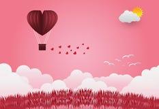 Les ballons de jour du ` s de Valentine dans un vol en forme de coeur au-dessus d'herbe luttent Photo libre de droits