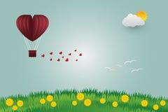 Les ballons de jour du ` s de Valentine dans un vol en forme de coeur au-dessus d'herbe luttent Image stock