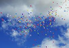 Les ballons de vol photographie stock