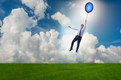 Les ballons de vol d'homme d'affaires le jour lumineux Photo stock