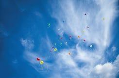 Les ballons volent au ciel Photo stock