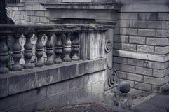 Les balustres ont fait de la pierre sur le vieil escalier historique photo libre de droits