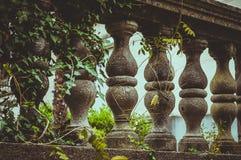 Les balustres ont fait de la pierre sur le vieil escalier historique image stock