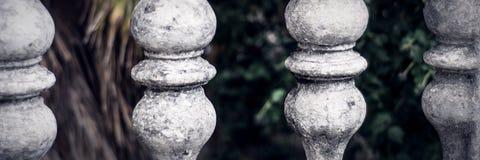 Les balustres ont fait de la pierre sur le vieil escalier historique photographie stock libre de droits
