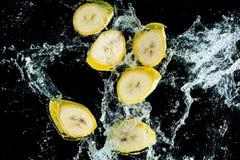 Les bananes arrosent l'éclaboussure image stock