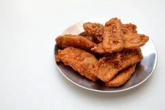 Les bananes frites ont arrosé la nourriture traditionnelle savoureuse de sésame image stock