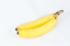 Les bananes se rassemblent avec l'ombre molle sur le fond blanc Photo stock