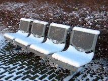Les bancs et la neige Photos stock