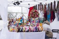 Les bandeaux décorés des fleurs, rubans, perles, paillettes se trouvant sur un compteur blanc un jour ensoleillé, la femme droite photos stock