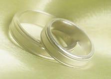 Les bandes de mariage se ferment vers le haut photos stock
