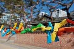 Les bandes de papier de couleur pour faire souhaite pendant le Seollal (nouveau coréen Photographie stock libre de droits