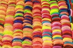Les bandes en caoutchouc colorées de cheveux peuvent utilisé comme fond images libres de droits