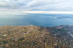 Les banlieues par l'eau dans l'aube d'or s'allument Images stock