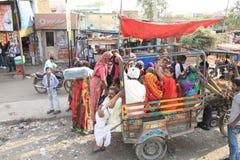 Les banlieusards heureux voyagent dans le petit véhicule avec le billet bon marché photographie stock