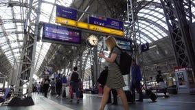 Les banlieusards s'exercent sur la gare ferroviaire centrale Hauptbahnhof de Perron Francfort banque de vidéos