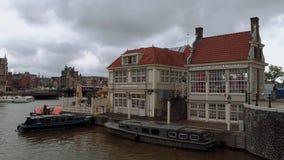 Les banques à la place de station de la station centrale d'Amsterdam - Amsterdam - les Pays-Bas - 19 juillet 2017 clips vidéos