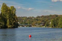 Les banques de la rivière la Ruhr près de Muelheim, Allemagne photo stock