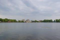 Les banques du lac supérieur à Kaliningrad Images stock