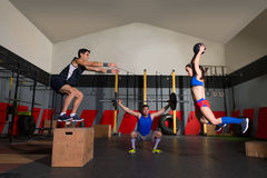 Les barbells de séance d'entraînement de groupe de gymnase claquent des boules et sautent Photos stock