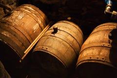 Les barils détaillent dans la faible luminosité Photo libre de droits