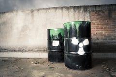 Les barils de tambour ont renversé le contenu risqué photographie stock