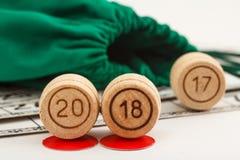 Les barils en bois de loto avec des nombres de 20 et de 18 remplacent 17 comme nouveaux Photographie stock libre de droits