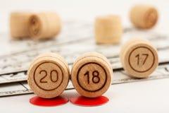 Les barils en bois de loto avec des nombres de 20 et de 18 remplacent 17 comme nouveaux Photo libre de droits