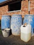 Les barils en plastique bleus, blanc peuvent et seau en métal utilisé sur un const Photo stock