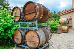 Les barils pour le vin et le raisin baguent l'élevage tout près Image libre de droits