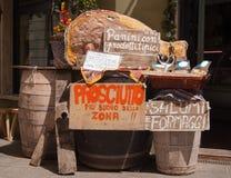 Les barils utilisés comme tables dans une friture font des emplettes dans la rue images libres de droits