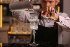 Les barman fait le cocktail de margarita Cocktail d'alcool de margarita sur la surface noire de fond photo libre de droits