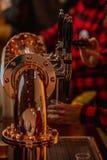 Les barmans travaillent dans une barre, servant la bière photos stock