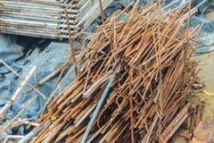 Les barres d'acier ferraillent à gauche plus de du chantier de construction et peuvent être sel Photo stock