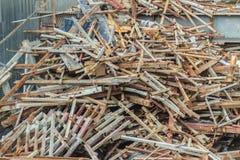 Les barres d'acier ferraillent à gauche plus de du chantier de construction et peuvent être sel Photos libres de droits