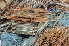 Les barres d'acier ferraillent à gauche plus de du chantier de construction et peuvent être sel Photos stock