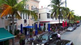 Les barres et les restaurants sur l'océan conduisent des paysages urbains de Miami Beach Etats-Unis banque de vidéos