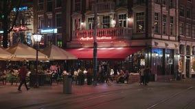 Les barres et les restaurants chez Leidse ajustent à Amsterdam la nuit - AMSTERDAM - LES PAYS-BAS - 19 juillet 2017 banque de vidéos