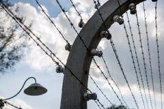 Les barrières électrifiées de barbelé à Auschwitz II-Birkenau campent dans Brzezinka, Pologne photo libre de droits