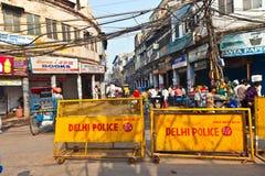 Les barrières de route de la police de Delhi se tient autour de la vieille partie de photographie stock libre de droits