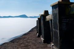 Les barrières des escaliers sur la montagne complètent Bromo images stock