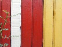 Les barrières en bois ont des couleurs alternatives, photos stock